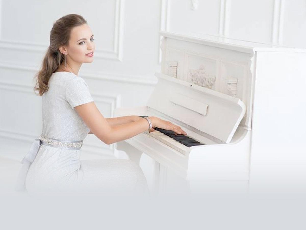 Ekaterina Alferova, diplômé du conservatoire de Moscou, est la chef de coeur de la chorale Azurus